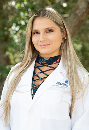 Dr. Alyxandra Brady is a veterinarian in our emergency medicine training program for clinicians.